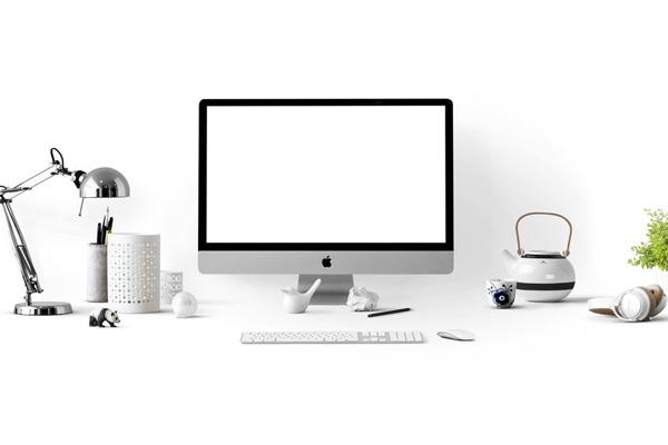 computer-on-desk-blank-screen