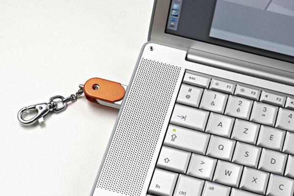 conecte pen drive ao computador